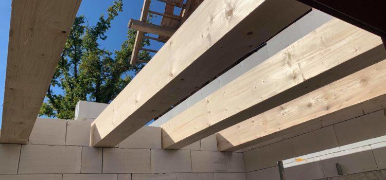 Zahájeny práce na střeše k přístavbě rodinného domu ve Vojtěchově u Hlinska, okres Chrudim.