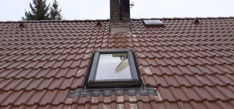 Zbývající tašky položeny a okno usazeno – střecha Hlinsko.
