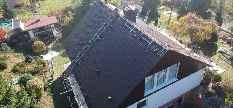 Oprava střechy Hlinsko – fotografie z dronu – tesařské i pokrývačské práce