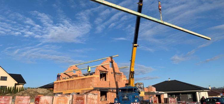 Nejdelší trám měl 13 metrů – na střechu ve Skutči (okres Chrudim) jsme využili jeřáb.
