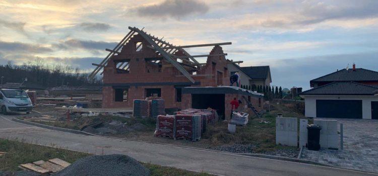 Jak pokračují tesařské  práce ve Skutči (okres Chrudim)? Takhle vzniká střecha – krov, vazba.